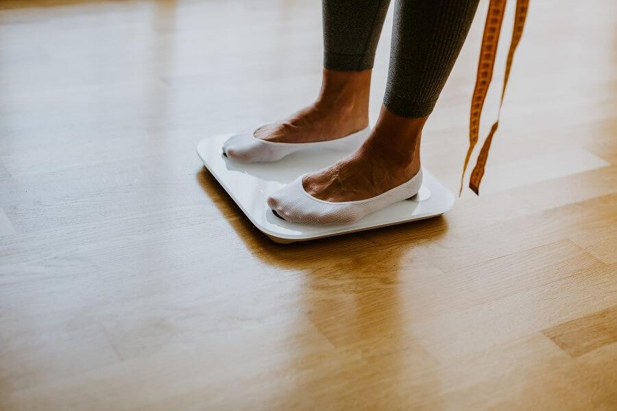 woman-measuring-body